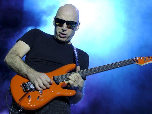 joe-satriani-playing-guitar