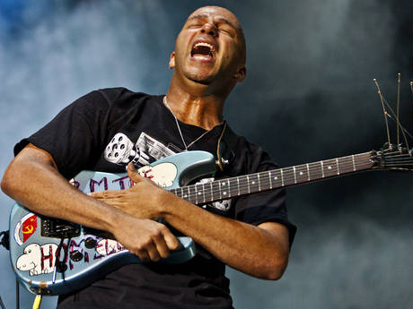 tom-morello-arm-the-homeless-guitar
