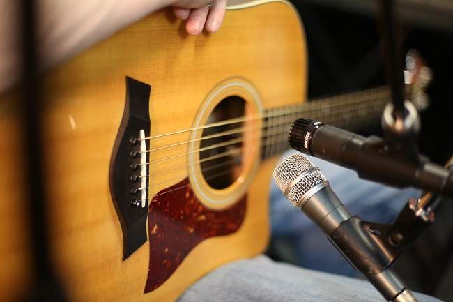 recording an acoustic guitar with a dynamic microphone