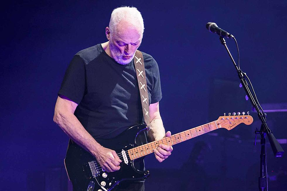 David-Gilmour playing guitar